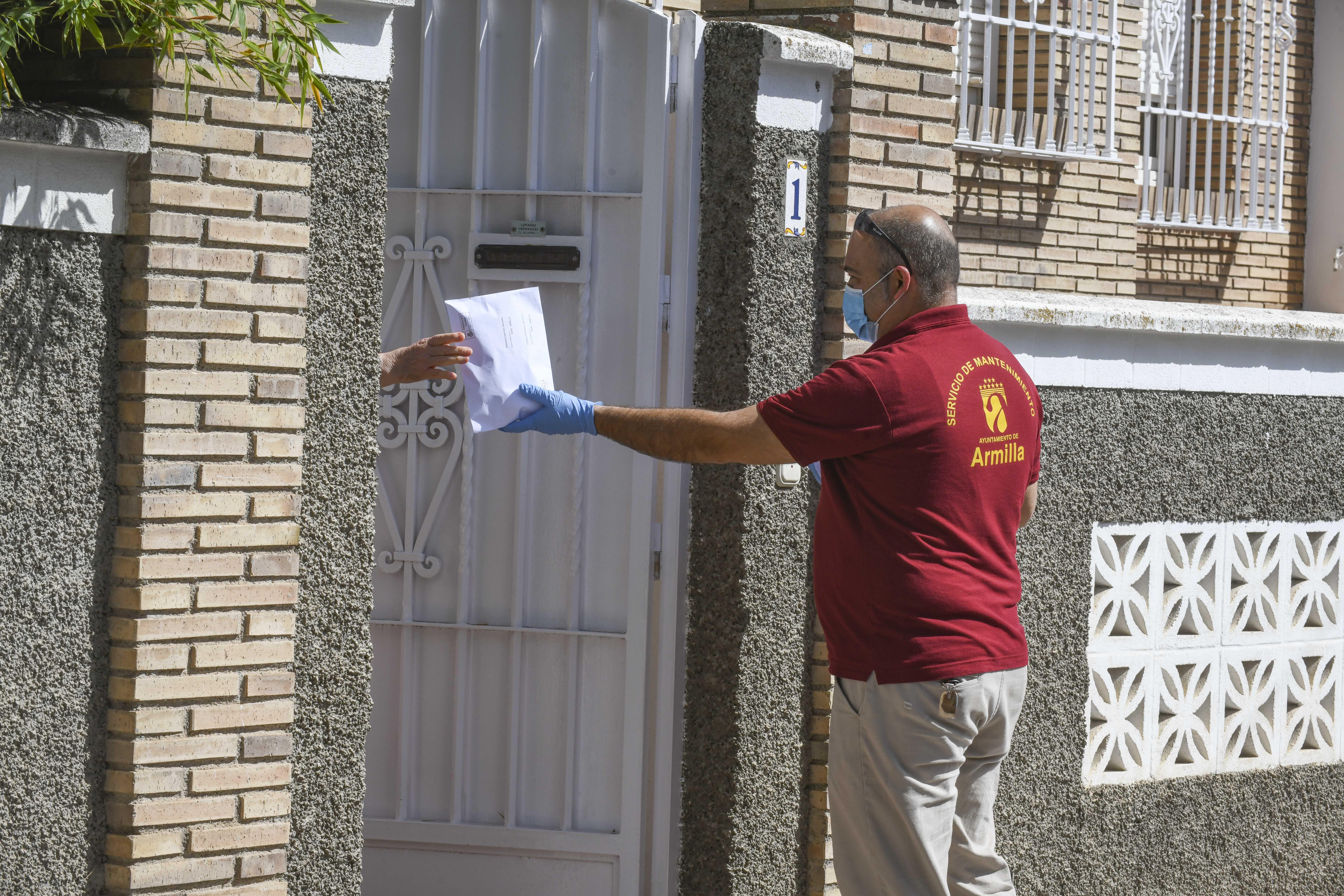Armilla inicia el reparto domiciliario del material sanitario
