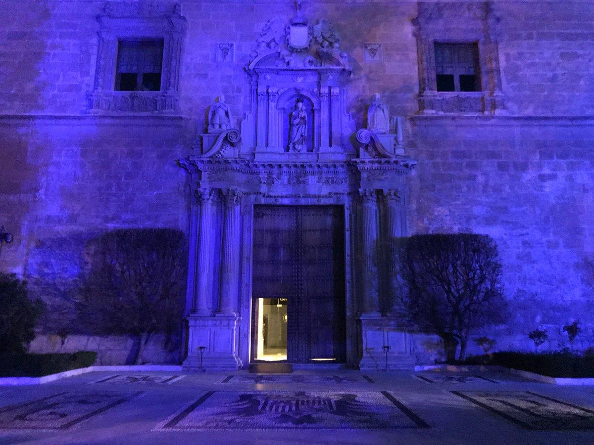 El Hospital Real se ilumina de azul como homenaje al personal sanitario en el Día Internacional de la Enfermería