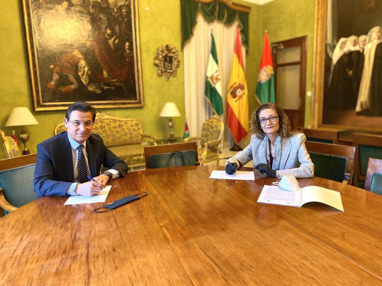 Ayuntamiento y Junta firman un acuerdo para apoyar a los alumnos más desfavorecidos