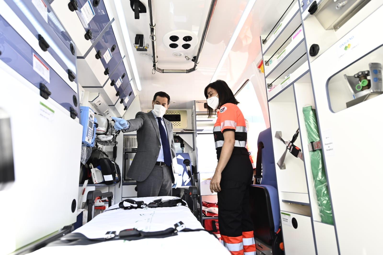 Juanma Moreno presenta la renovación de 21 ambulancias de la provincia