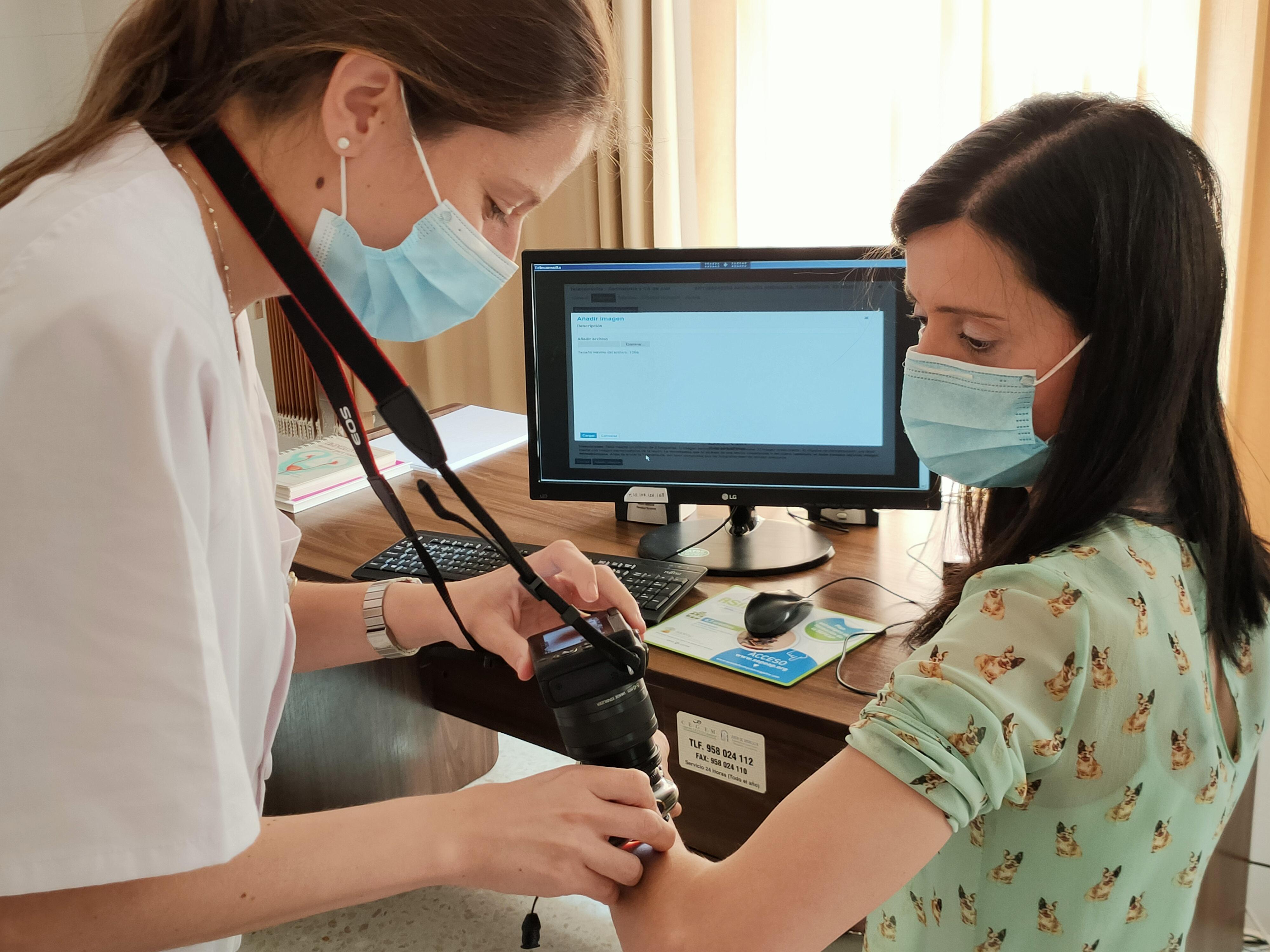 Los hospitales de Granada y Primaria atienden veintena de especialidades mediante teleconsulta