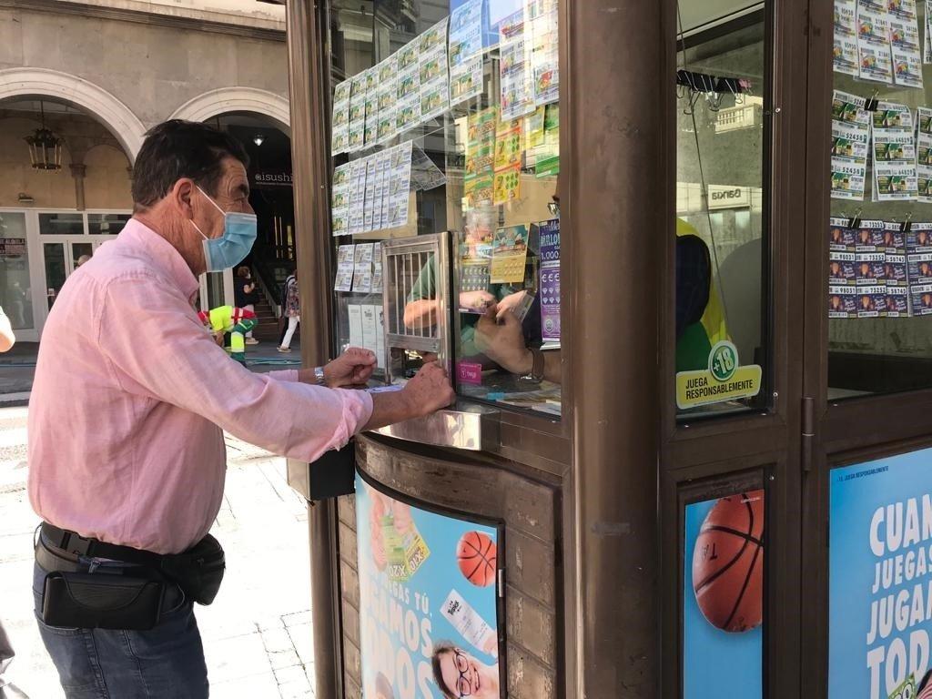 El juez Calatayud apoya a los vendedores de la ONCE en su vuelta a los quioscos