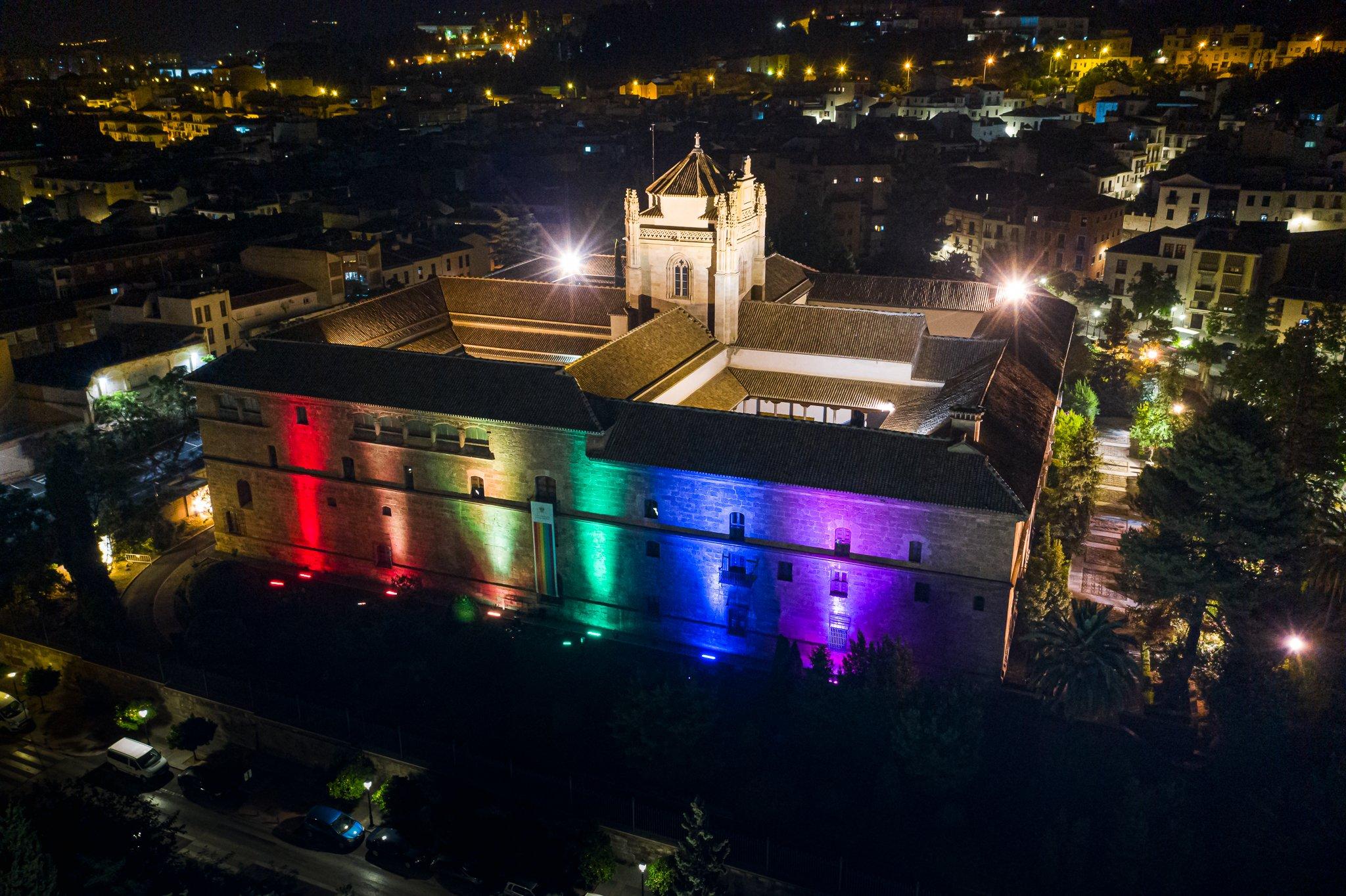 El Hospital Real se ilumina con la bandera arcoris el domingo 28 de junio