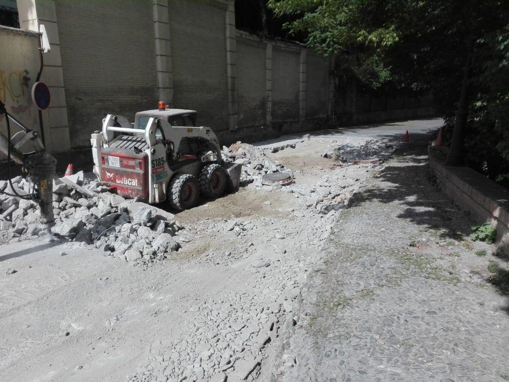 El Ayuntamiento repara el pavimento hundido del Paseo del Generalife