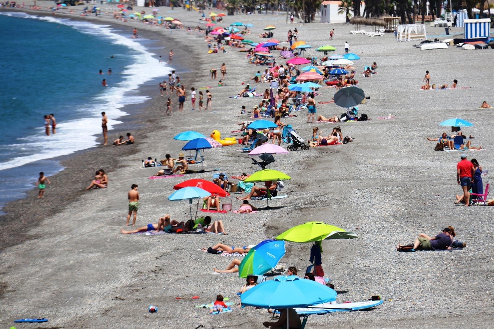 Miles de bañistas disfrutan de las playas durante el sábado