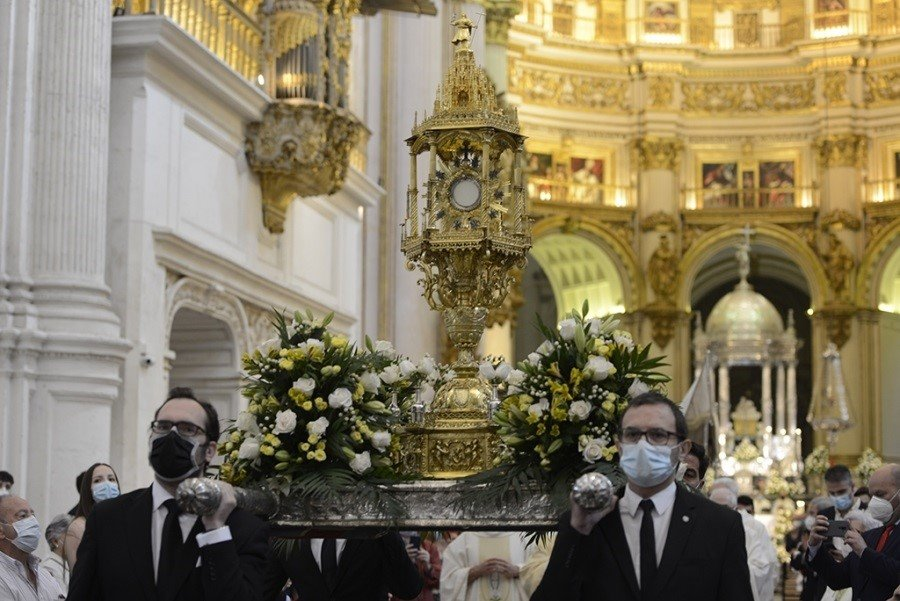 La catedral acoge la procesión claustral del Corpus Christi ante unos 600 fieles