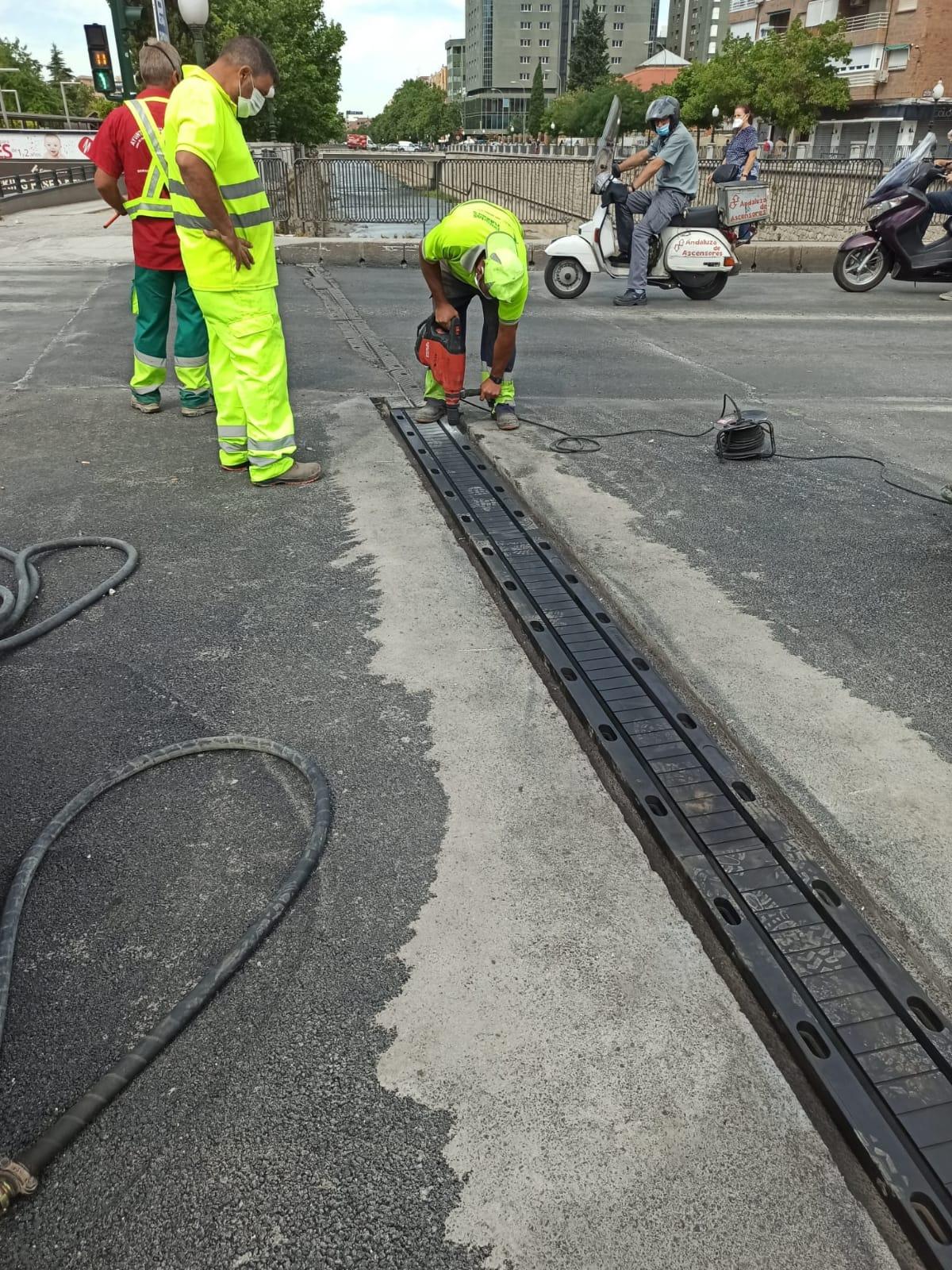 El Ayuntamiento repone la junta de dilatación del puente blanco