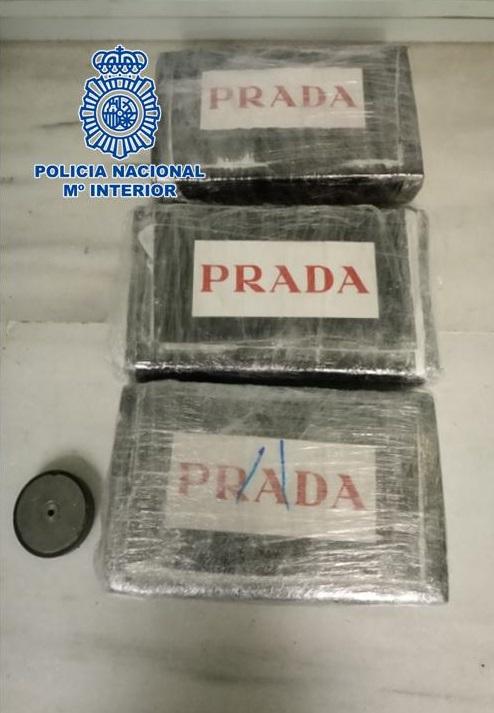 Encontrados tres paquetes con 3,3 kilos de cocaína en un falso fondo en el interior de un vehículo