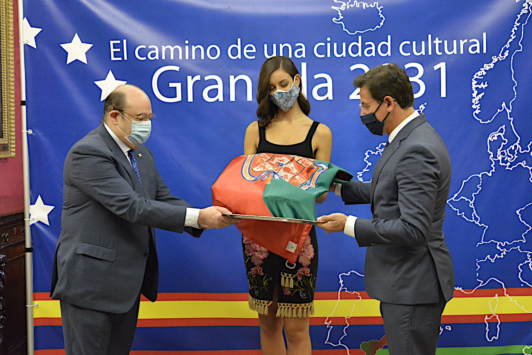 El Ayuntamiento entrega la bandera de la ciudad a la candidata al Certamen Miss World Spain