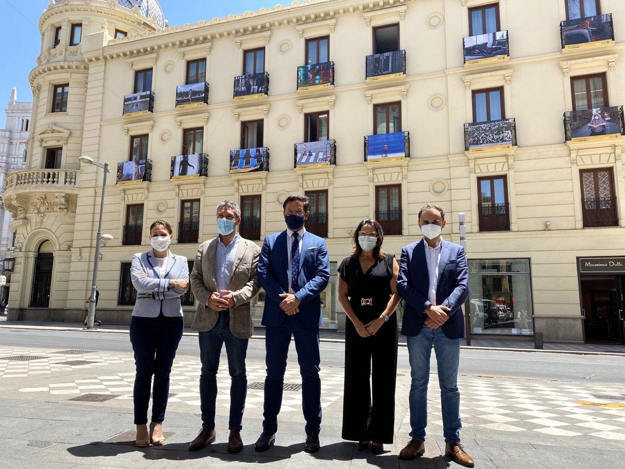 Fotografías en los balcones del Hotel Victoria con «miradas» de vecinos de Granada en la Pandemia