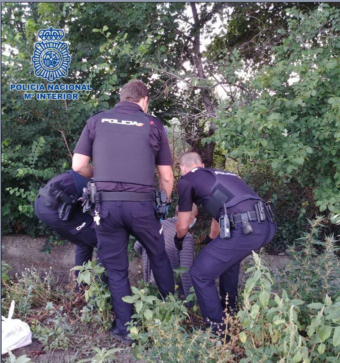 La policía rescata de una acequia a una persona con síntomas de hipotermia