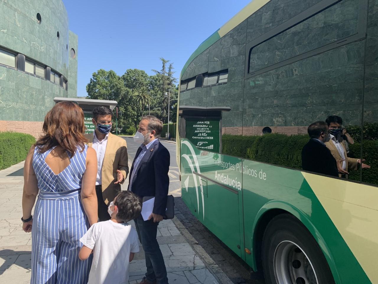 El PSOE denuncia el aumento de la contaminación tras el recorte de la Junta en el transporte metropolitano