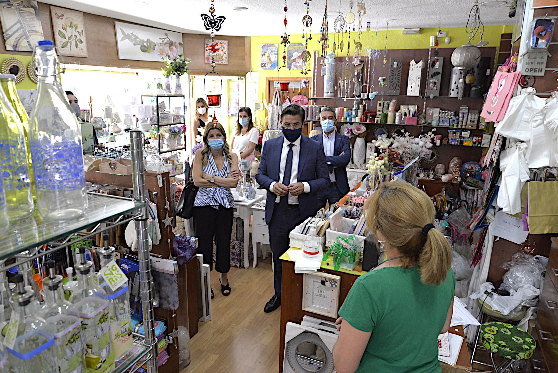 El Ayuntamiento respalda a los comercios del distrito Genil