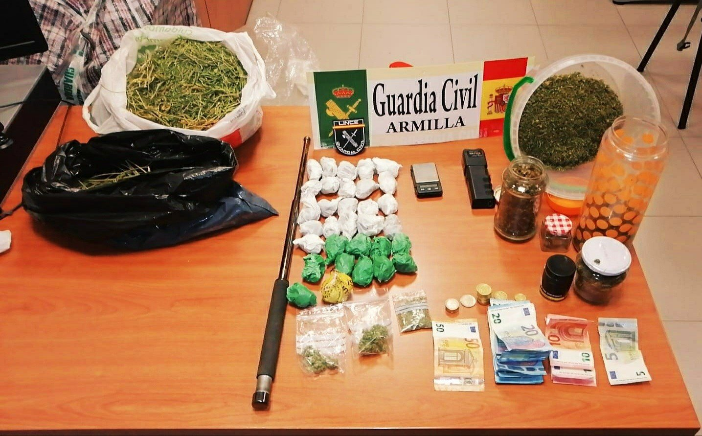 Desmantelado un punto de venta de droga en Padul en que también había armas prohibidas