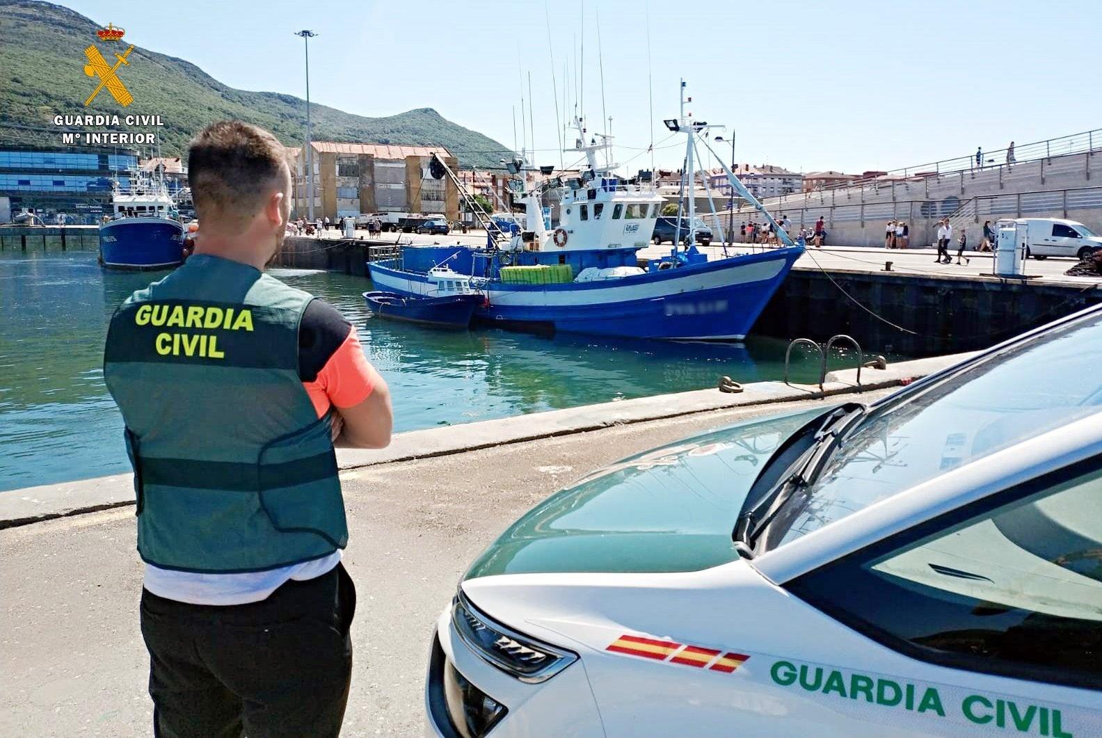 Denunciados tres individuos que se adentraron con motos acuáticas en una cueva de La Herradura