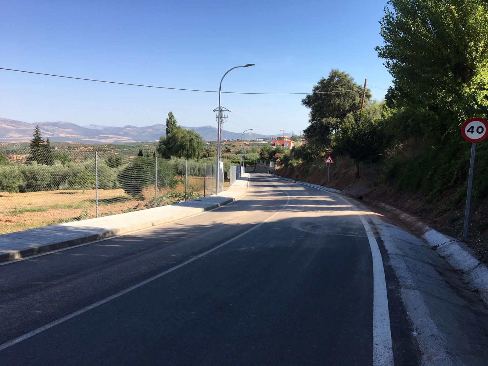Concluyen las obras de ensanche y construcción de acerado en la carretera de acceso a Nívar
