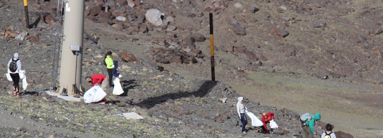 Trabajadores y voluntarios limpian áreas esquiables de Sierra Nevada