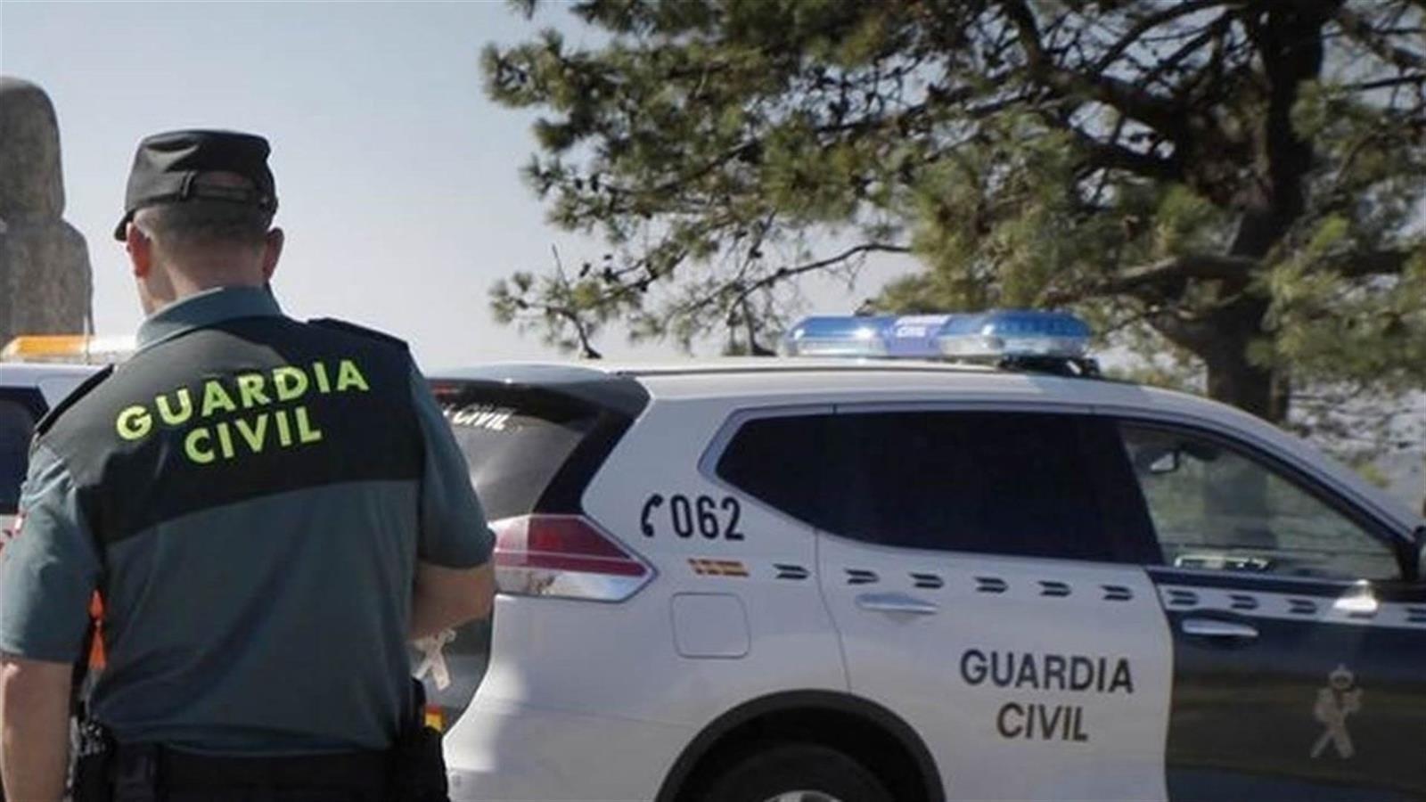 Guardia Civil sorprende a dos individuos con sacos de cáñamo en un invernadero de Albuñol