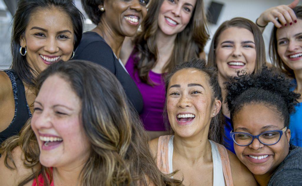 Las mujeres están menos representadas en los medios de comunicación y su presencia se concentra en los ámbitos más feminizados