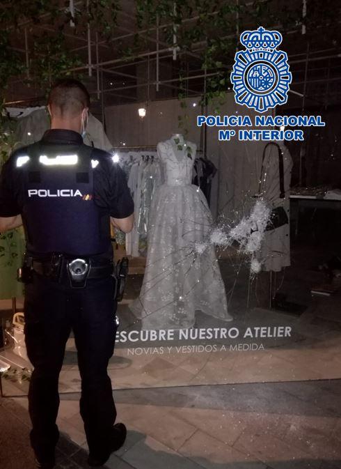 Detenido tras ser sorprendido cuando fracturaba el escaparate de una tienda de moda nupcial