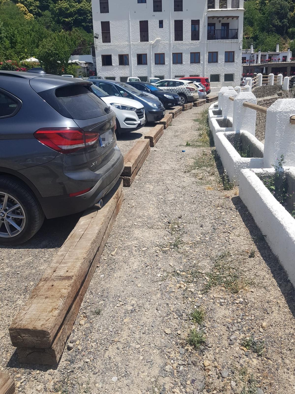 """El PP pide a la alcaldesa de Bubión que retire las traviesas de madera del aparcamiento municipal por el """"riesgo"""" que suponen"""