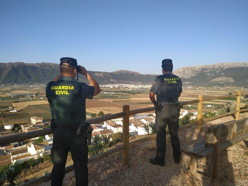 Buscan a los inmigrantes que huyeron de una lancha en la que arrestaron a otros ocho