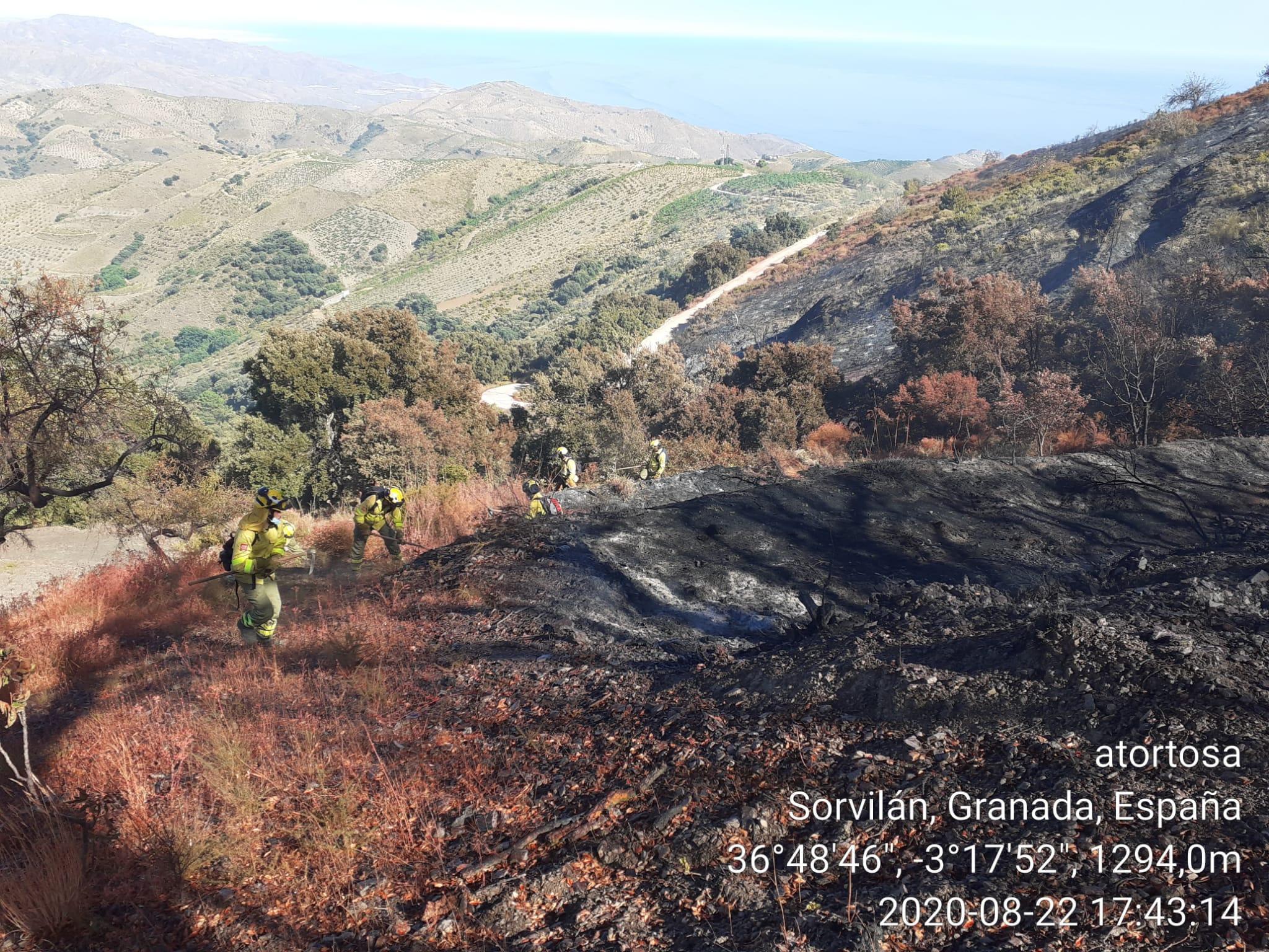 20 efectivos del infoca permanecen en la zona afectada por el fuego en Polopos, que ya está controlado