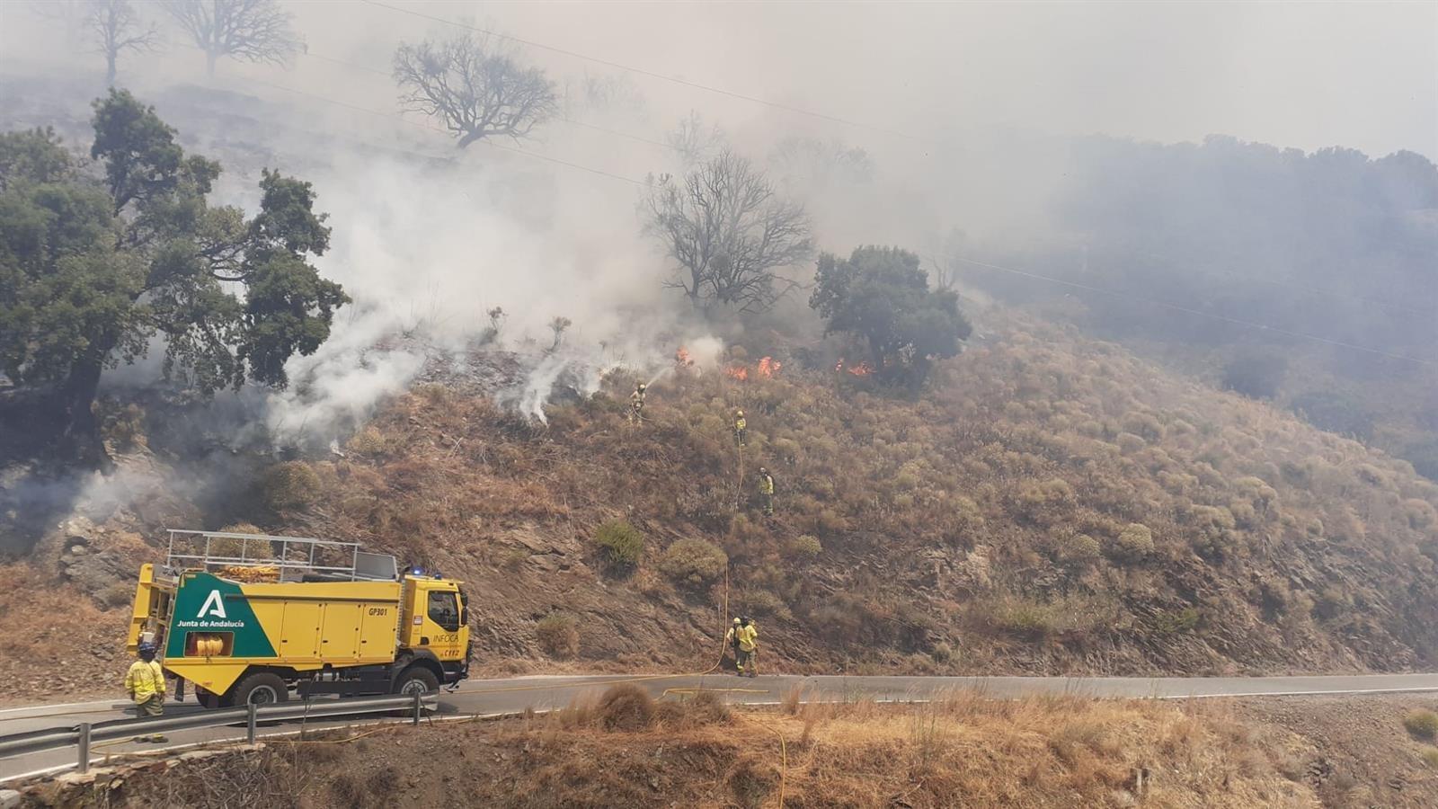 Un incendio en el término de Polopos obliga a cortar 2 carreteras y moviliza más de 100 efectivos