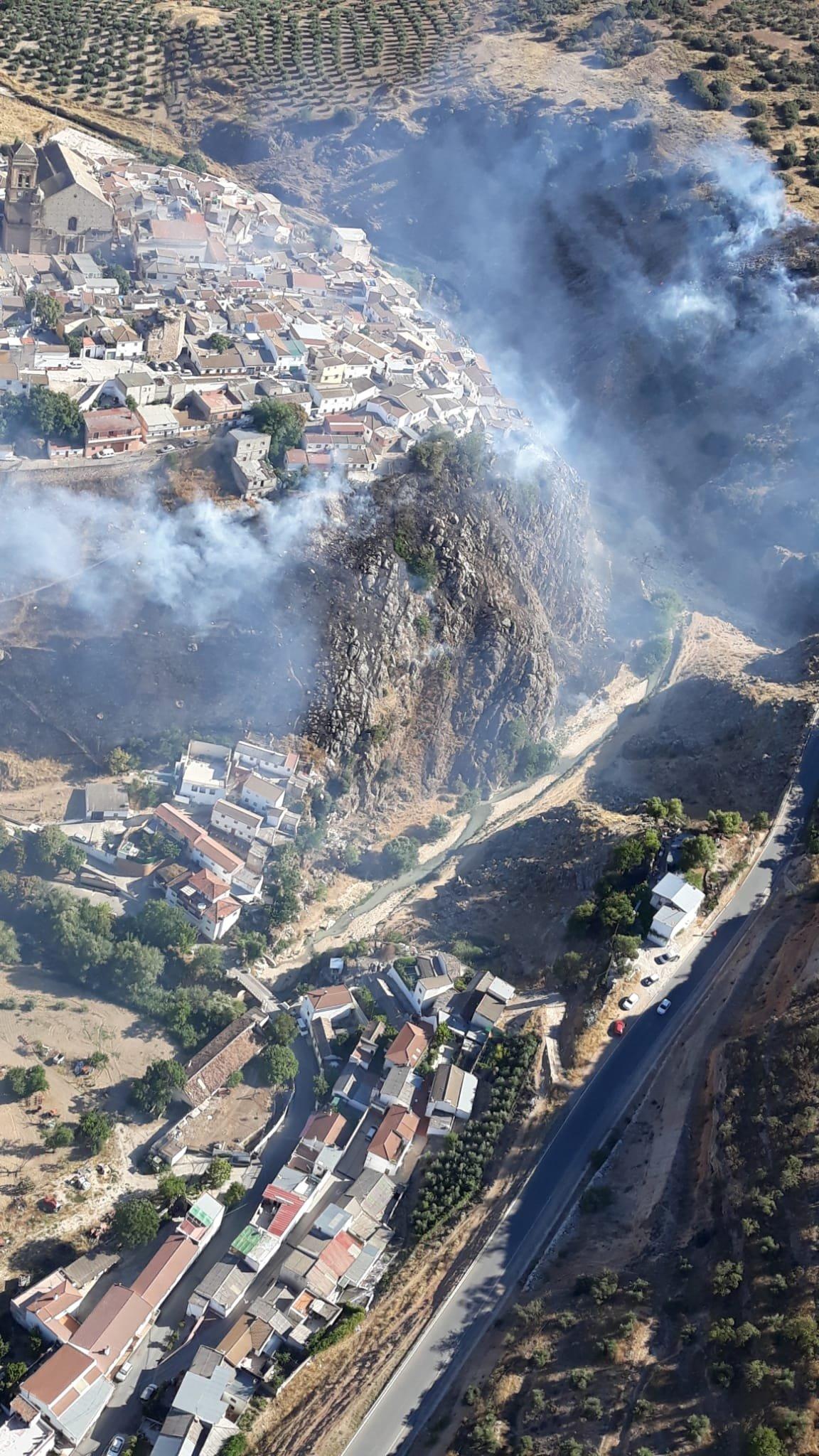El Infoca trabaja por tierra y aire contra un incendio declarado en Iznalloz