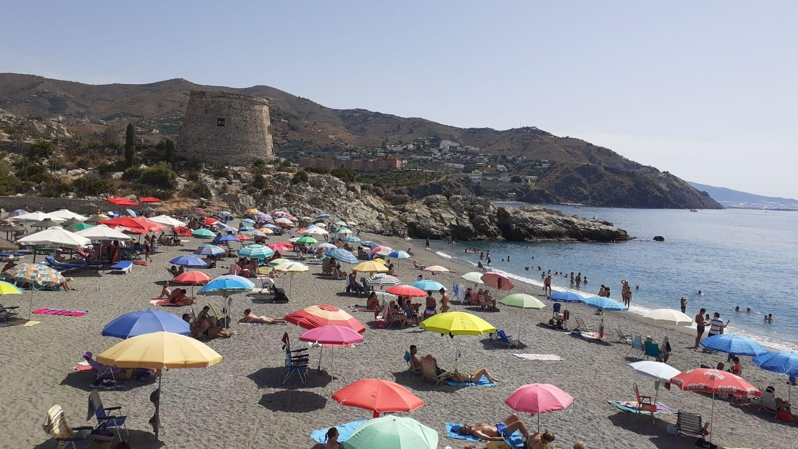 Regulan el acceso en seis playas de Almuñécar tras completar aforo al mediodía