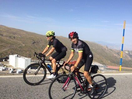 Un ciclista aficionado consigue el reto solidario 'Everesting Challenge' en el pico del Veleta