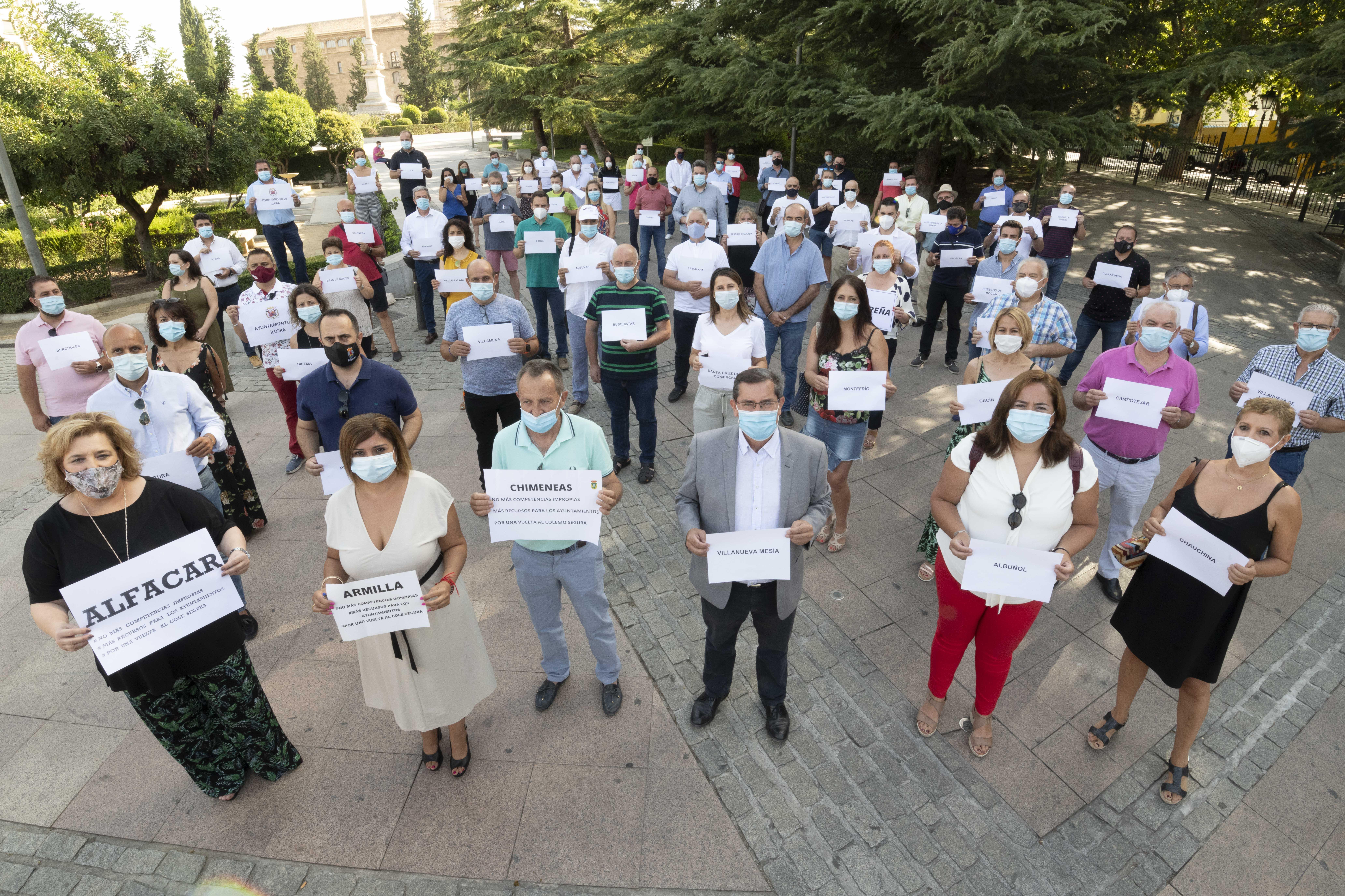 Un centenar de alcaldes exigen a la Junta recursos económicos para realizar desinfecciones en los colegios
