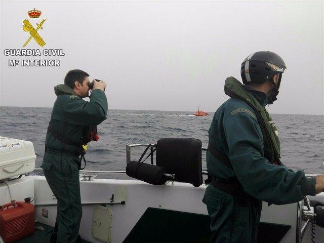 Trasladados al Puerto de Motril cinco inmigrantes rescatados de una patera en la medianoche