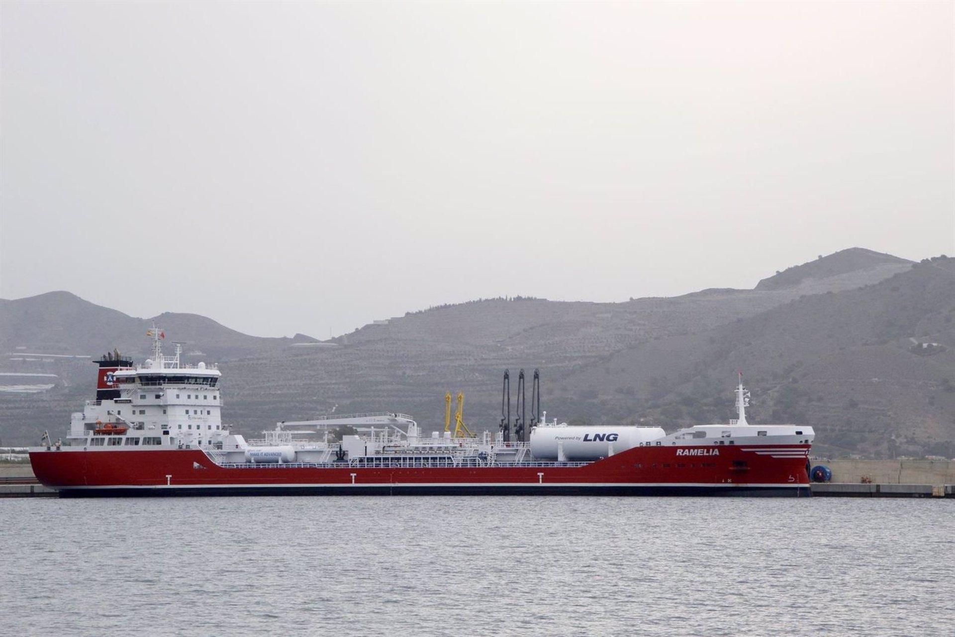 Atraca en el Puerto de Motril un buque que funciona con gas natural licuado