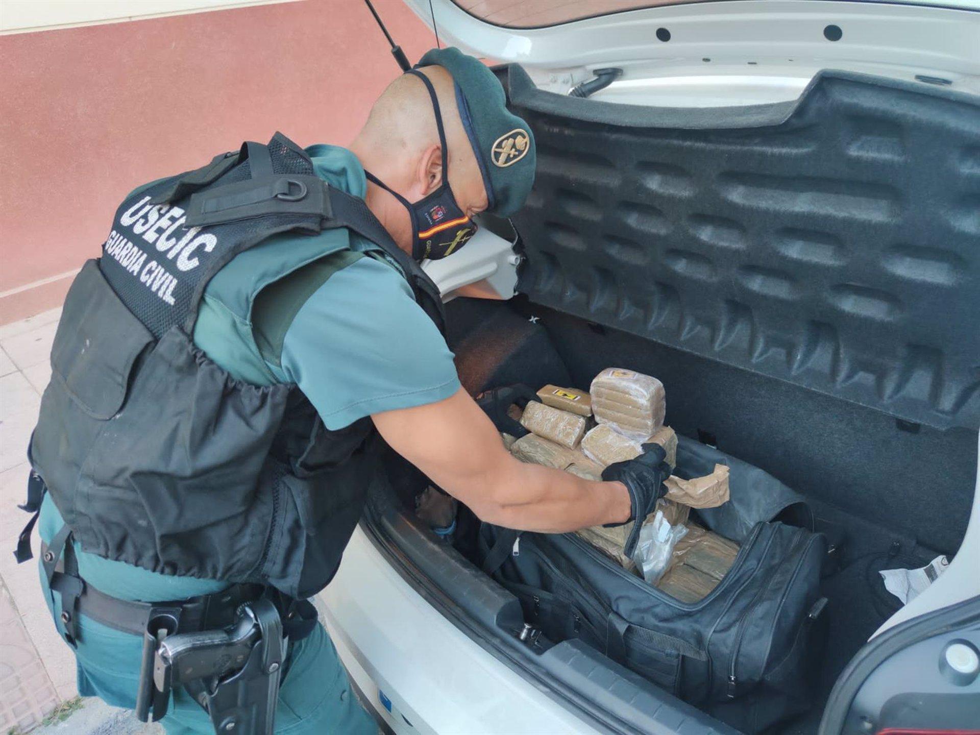 Interceptado un vehículo con más de 24 kilos de hachís en Albuñol