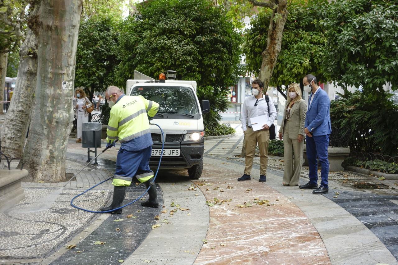 La plaza de la Trinidad refuerza su limpieza con hidrolimpiadores