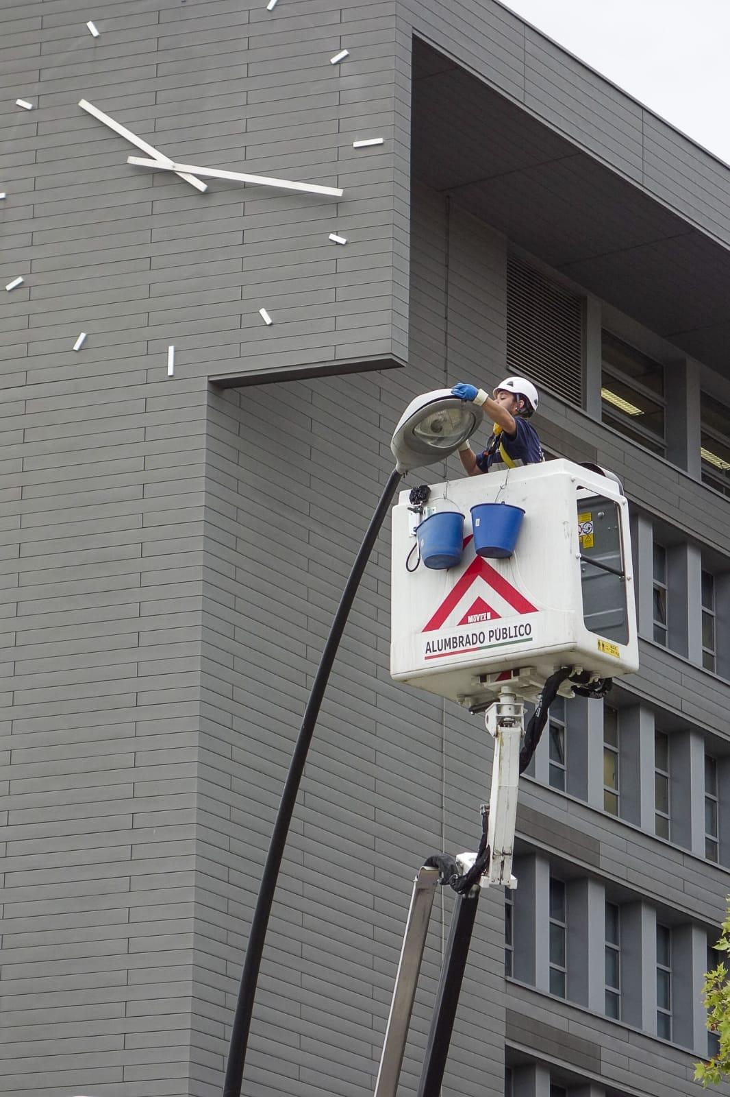 El Ayuntamiento renueva más de 1.500 luminarias en los barrios