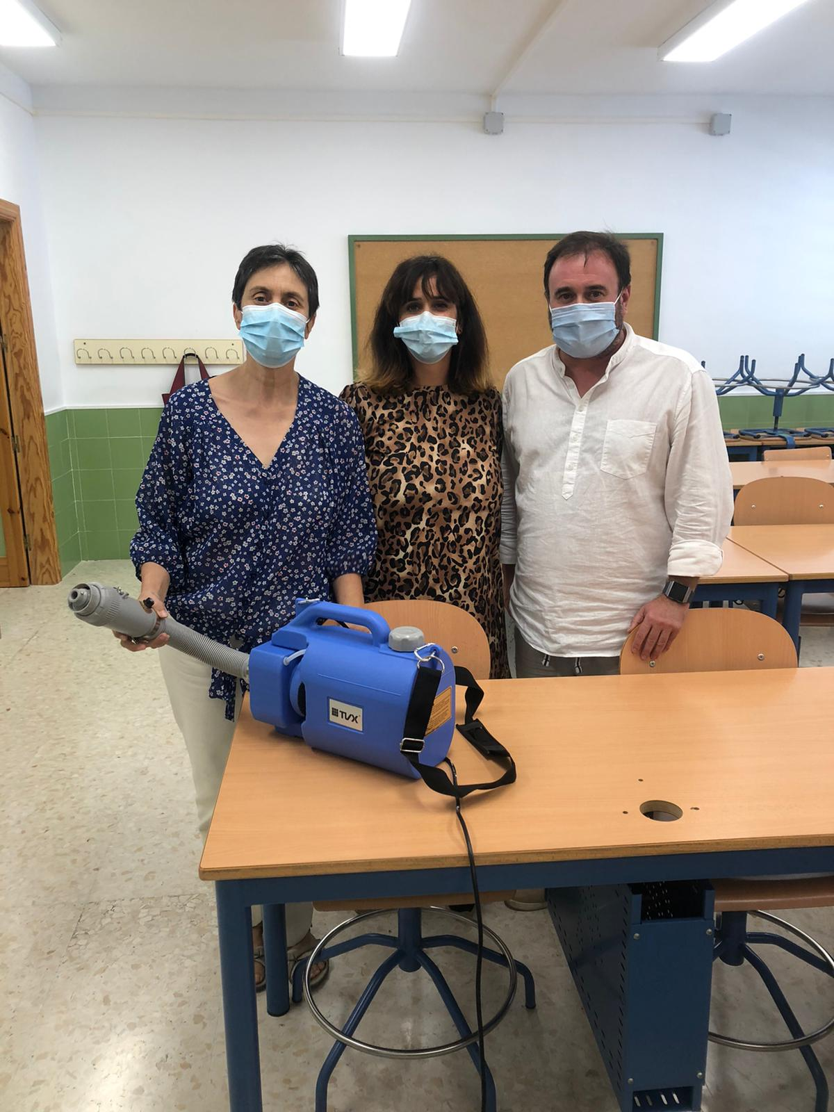 Molvízar adquiere tres equipos de desinfección para luchar contra el Covid-19 y dona dos al CEIP Miguel de Cervantes