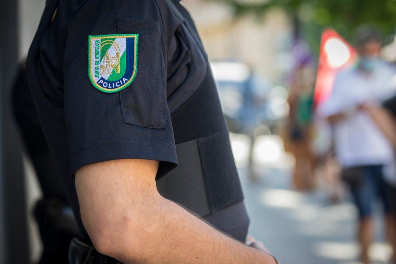 Policía fuera de servicio evita el suicidio de una joven en Granada