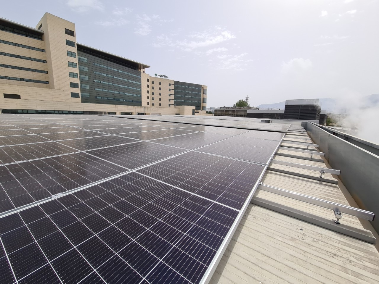 El Hospital Clínico instala una planta solar fotovoltaica para producir energía limpia destinada al autoconsumo