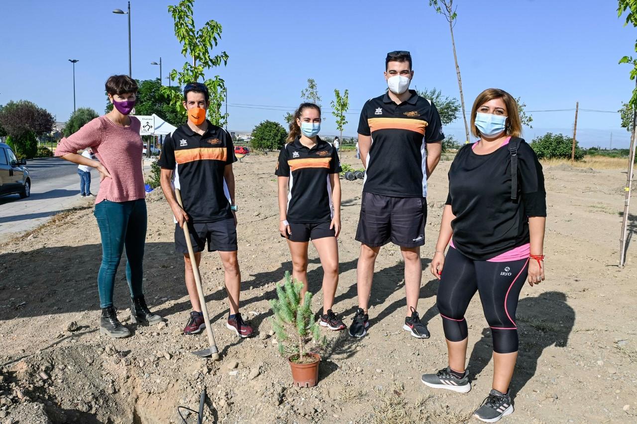 Colectivos y asociaciones de Armilla participan en la plantación de casi un centenar de árboles