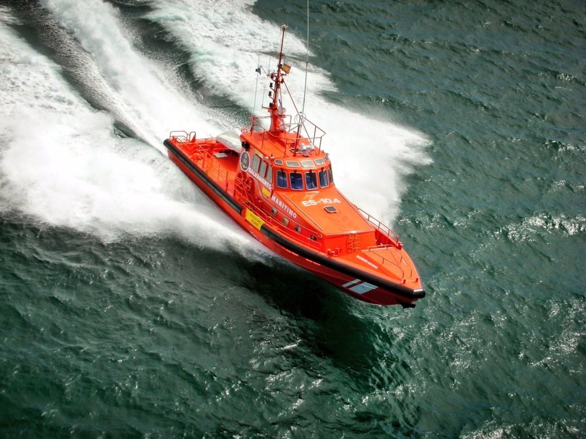 Rescatan una patera con 54 personas al sureste de cabo Sacratif