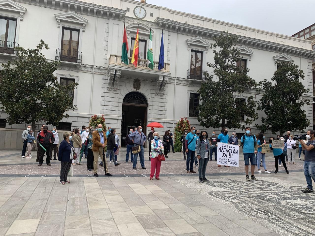 El PSOE muestra su apoyo a los usuarios de las piscinas municipales en su petición de apertura