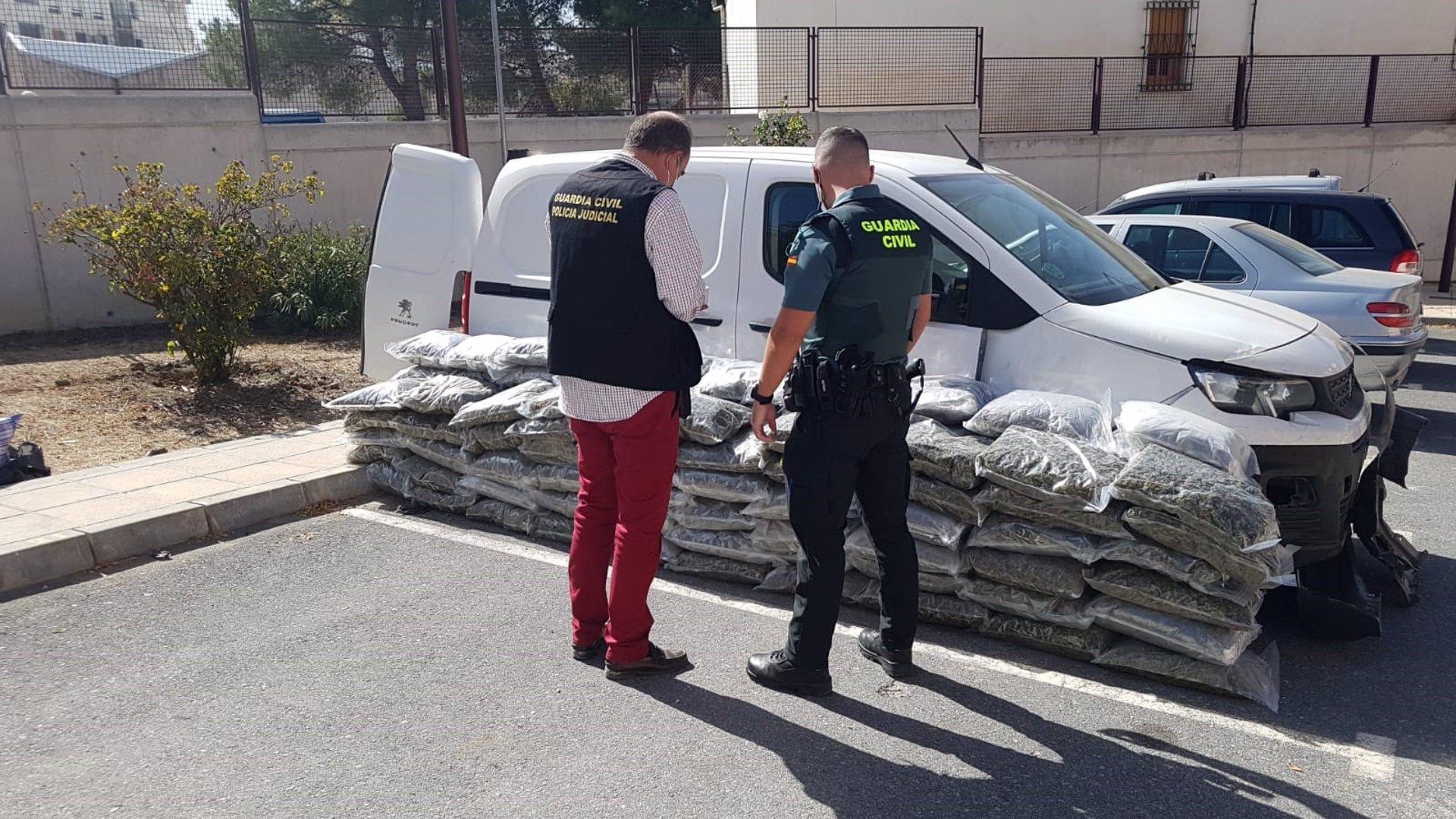 Detenido en la A-92 con 137 kilos de marihuana en el maletero de su coche