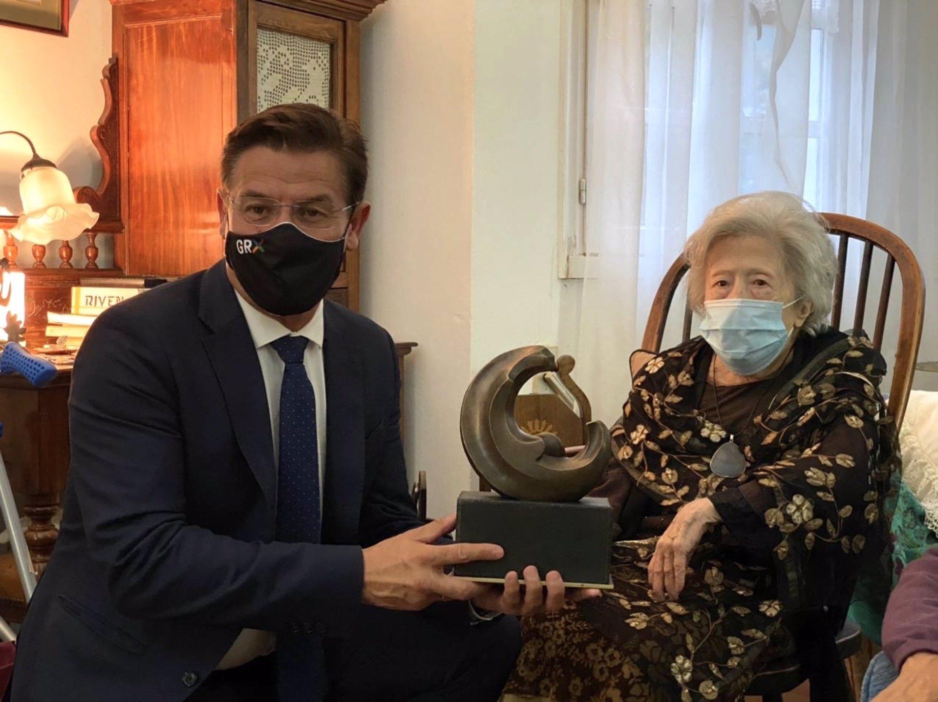 Julia Uceda recibe el Premio Lorca en su domicilio de Ferrol de manos del Alcalde