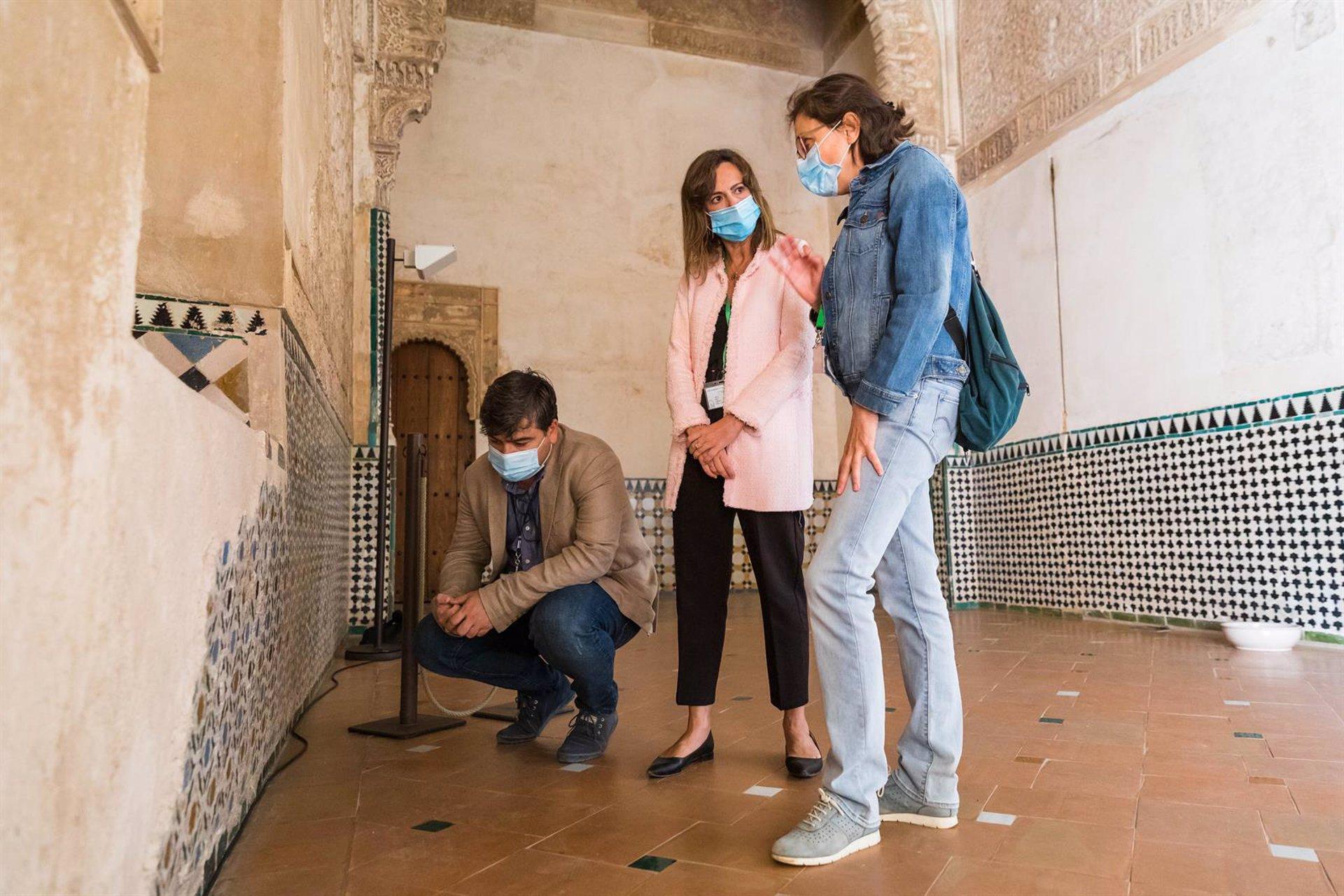 La Alhambra restaura dos paños de alicatados de la Sala de la Barca