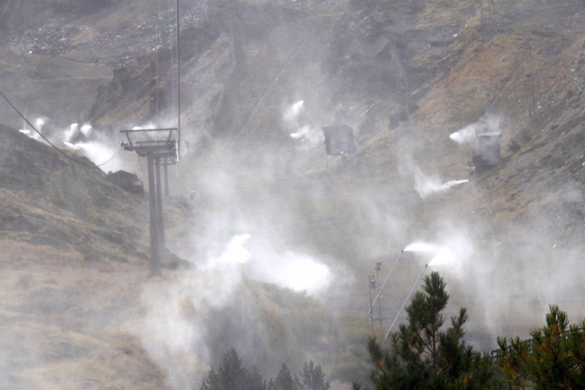 Sierra Nevada prueba su sistema de nieve producida tras la instalación de los cien nuevos cañones