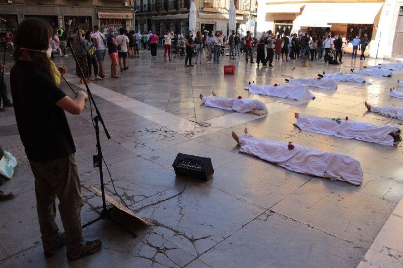El colectivo Extinction Rebellion llena la Plaza de las Pasiegas de «cadáveres» para alertar sobre la crisis climática