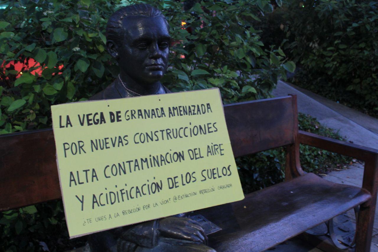 Colocan pancartas en estatuas de la ciudad para protestar contra los «desastres medioambientales de Andalucía»