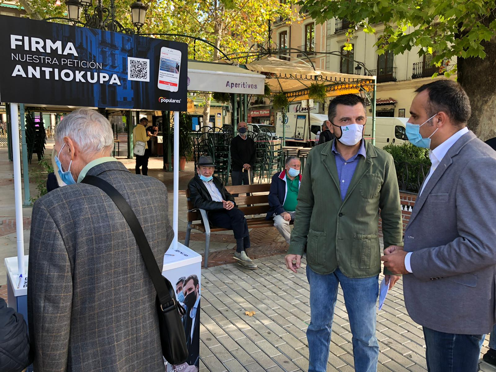 El PP recoge firmas en Granada para pedir al gobierno una ley «antiokupación» ilegal de viviendas